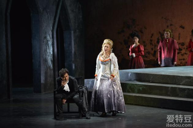 张凯丽回归话剧舞台上演《哈姆雷特》