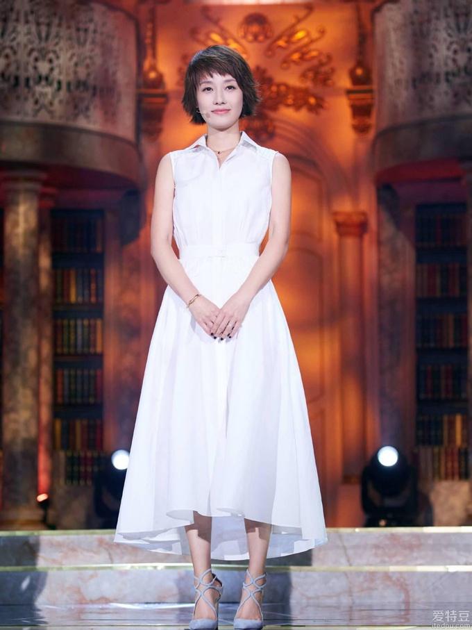 马伊琍一席白裙亮相《朗读者》现场