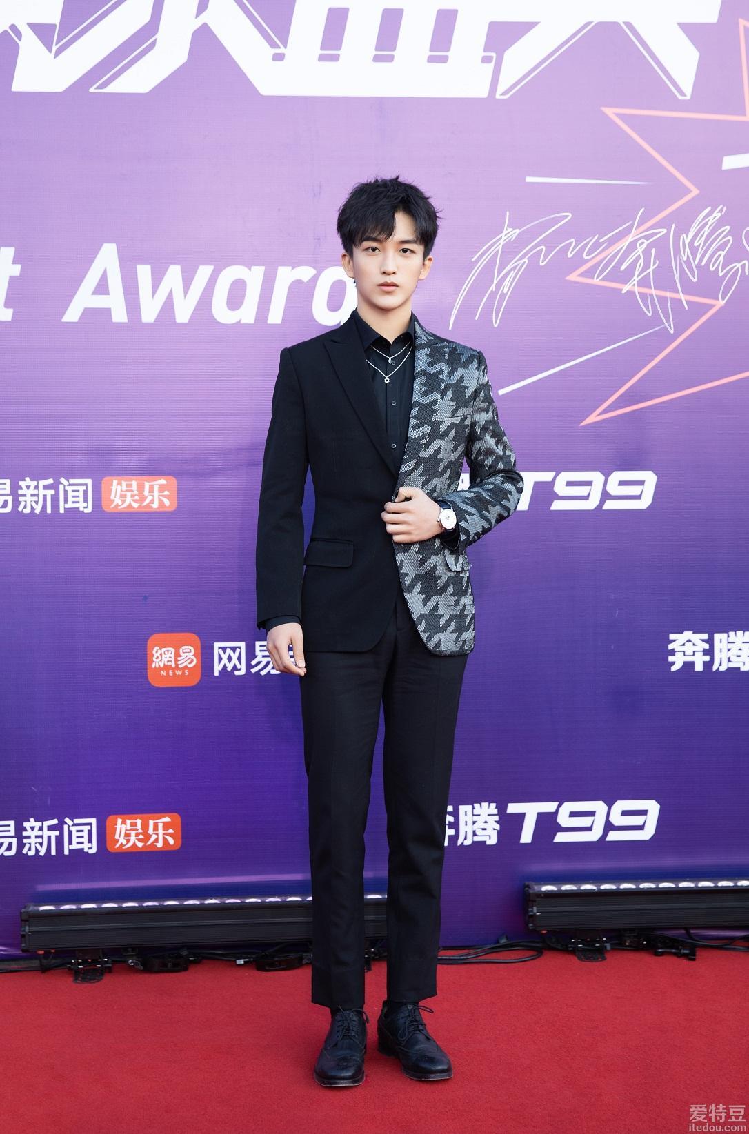 黄子弘凡荣获2019网易娱乐盛典年度优秀青年榜样