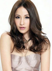 萧亚轩在微电影《一百分的吻》中献吻