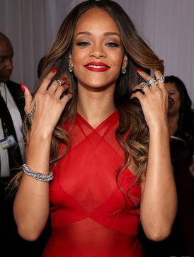 蕾哈娜  只听了两分钟,Jay-Z就认定她必成巨星