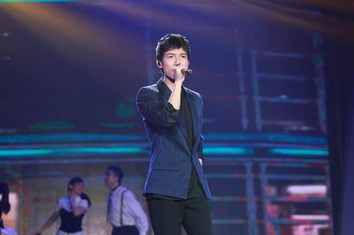 陈楚生帅气亮相马来艺术盛典 首唱《不如怀念》