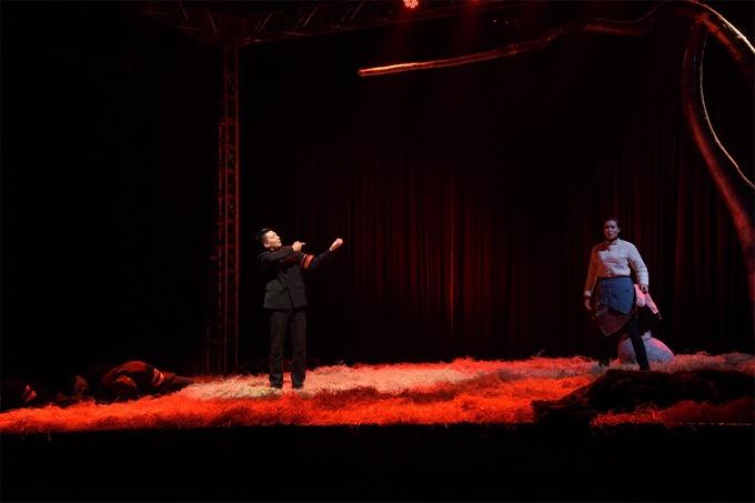 话剧《乌合之众》成都首演 简单舞台呈现大片体验