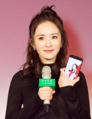 """12月19日下午,OPPO手机人系列微电影之四《我是你的小幂phone》在上海举行首映礼。同时发布了OPPO R9s杨幂定制版--红色小幂phone。目前这款手机已经开启官网预约,并将于12月23日上午10点在OPPO官网准时开售,24日线下门店开始发售。   《我是你的小幂phone》讲述了一个既科幻又浪漫的故事:由董子健饰演的男主角成宇得知前女友将要结婚时,想去大闹婚礼现场,他的手机""""小幂phone""""(杨幂饰演)得知消息后变身成人形,试图阻止他去报复前女友,并开导他学会放手,虽然劝阻的过程并不顺利,"""