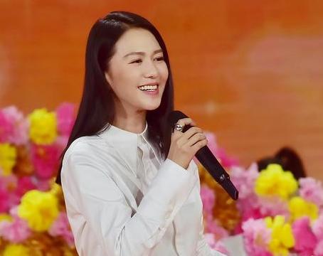 歌手谭维维五台春晚堪称春节霸屏女神