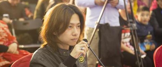 代岳东亮相东方卫视《妈妈咪呀》做评委