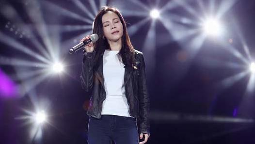 本周歌手彭佳慧演唱《爱上一个不回家的人》