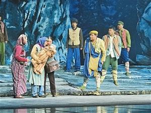 话剧《独龙天路》修改版首场演出在云南上演