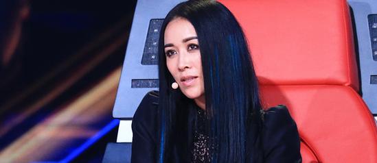 """继周杰伦、陈奕迅担任第二季《中国新歌声》导师的消息发布后,《中国新歌声》节目组又公布了一位导师人选——那英继续留任,在目前公布的阵容中依旧担任""""唯一一位女导师""""的角色。"""