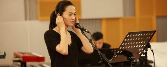 """虽然此次加盟2017《跨界歌王》是姚晨首次参加跨界类音乐节目,但此前她早已领先跨界,可谓名副其实的""""跨界先行者""""。舞蹈专业出身的姚晨跨界成为北京电影学院毕业的实力派演员,塑造了诸多如郭芙蓉、翠平、陈若兮等经典角色,而其之后从演员进军时尚界也获赞无数。"""