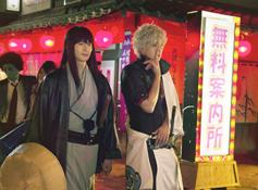 再过一个月左右的时间,真人电影版《银魂》就将正式上映了。目前,本作再次公开了两张新的剧照。其中一张就是由小栗旬饰演的银时一边挖鼻子,一边和由冈田将生饰演的桂小太郎走在歌舞伎町中的照片。而另一张则是歌舞伎町在白天时的景色。