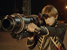 在昨天刚刚公开了几张剧照的真人电影版《银魂》,目前又公开了主宣传图与预告片。在宣传图上,可以看到以由小栗旬饰演的坂田银时为首的五名主要角色。而在预告片中,可以看到土方与冲田在道场训练的场景,战斗场景,以及喷火的搞笑场景。