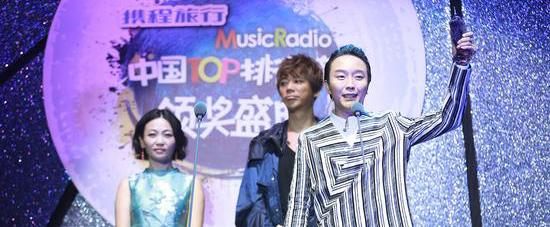 李玉刚获TOP排行榜年度最佳跨界艺人大奖