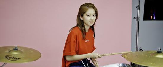 李凯馨2017首支单曲《那个女孩》MV上线