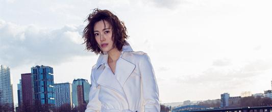 常思思巴黎街头大片曝光 白色风衣尽显法式优雅