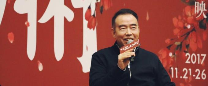 陈凯歌现身作品回顾展 拍电影三十年仍童心未泯