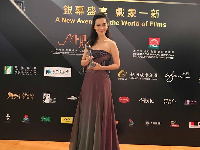 《战狼2》女主卢靖姗亮相澳门国际影展获奖
