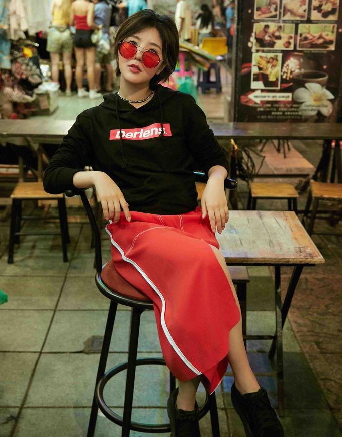 赵奕欢曼谷街拍元气满满 瘦身成功的她越来越会穿