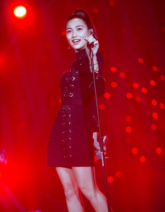 """《歌手》第六季看点多多,第一次来中国参加比赛的Jessie J、摇滚""""音帝""""汪峰、""""小巨肺""""张韶涵。但其中最大的黑马却是一位名不见经传的女歌手张天,不仅直接进入首发阵容,还在第一战中一举拿下第二,仅次于国际歌手Jessie J。"""