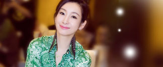 央视大戏《楼外楼》在北京举行主演见面会,主演秦海璐以绿色长裙示人,并对戏中角色侃侃而谈。