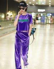 """张俪紫色运动装亮相机场 时尚圈再刮""""土味""""运动风"""