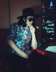 江奇霖质感写真曝光 黑色礼帽搭配黑墨镜帅气十足