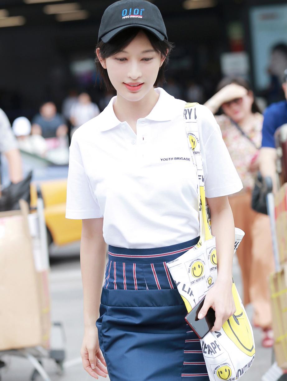 张俪Polo衫短裙长腿吸睛 堪称清爽夏日的最佳穿搭
