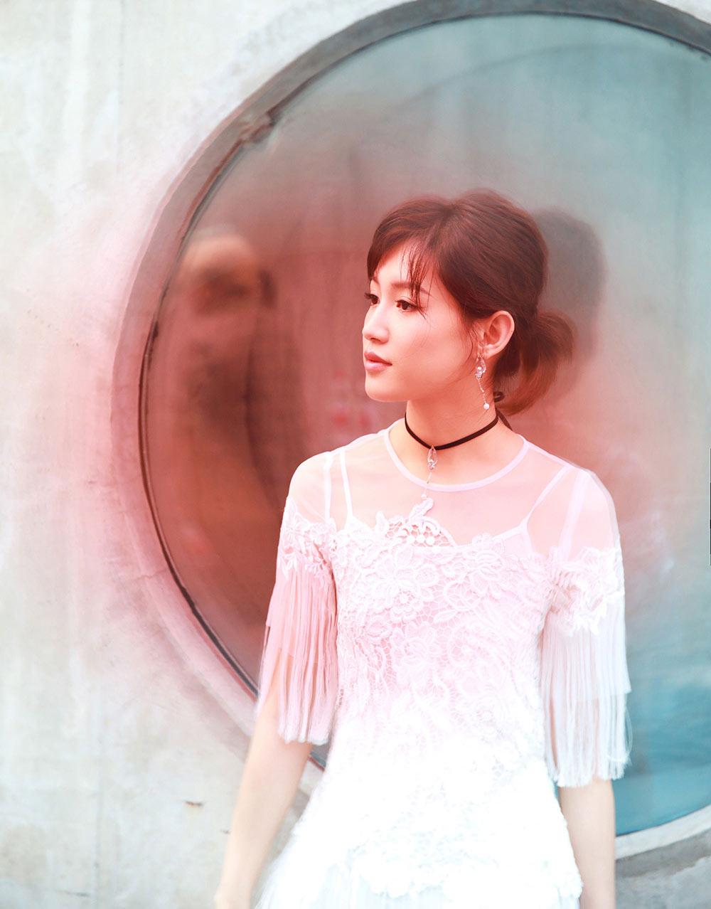苏青白色流苏裙亮相活动 造型复古尽显优雅灵动