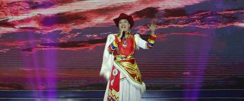 """由中国文联、西藏自治区党委宣传部、中国音乐家协会、中国舞蹈家协会和西藏自治区文联共同主办的中国文联""""深入生活、扎根人民""""音乐舞蹈艺术家赴西藏采风创作成果汇报演出分别于8月13日晚和8月15日晚,在拉萨市群众文化体育中心和日喀则市剧院举办。"""