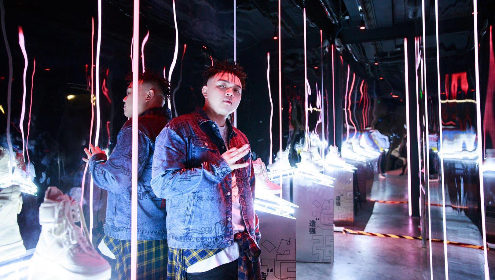 唱作歌手艾福杰尼受邀出席上海时装周