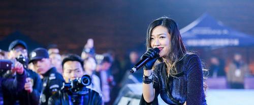 唱作歌手涵子献唱西安城墙马拉松起跑仪式