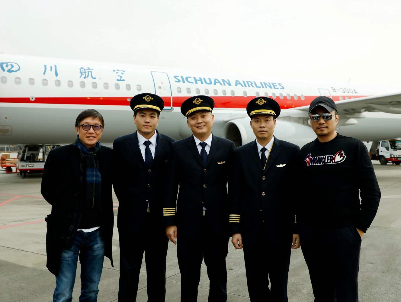 《中国机长》刘伟强张涵予见证中国民航英雄机组重返蓝天