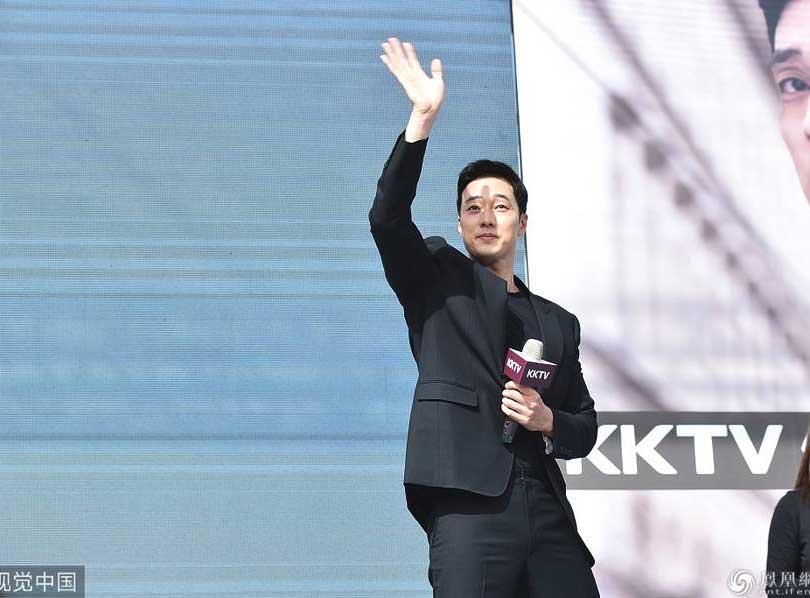 2018年11月25日,台北,韩星苏志燮来台为新戏《我身后的陶斯》宣传。他一身黑西装秀男模身材,长腿迷人气质A爆,对着粉丝热情挥手。