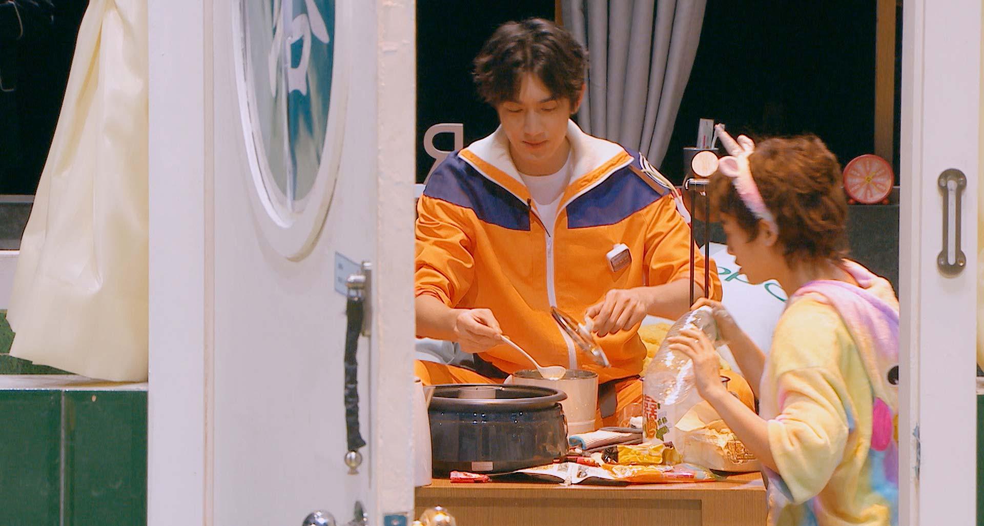 林更新亮相《明星大侦探4》众玩家现场欢乐吃火锅