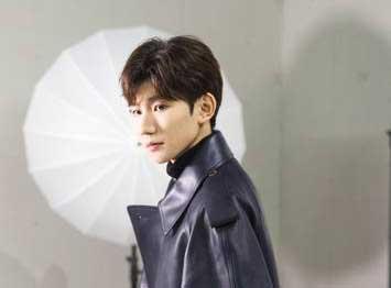 王源超酷扮相现身《明星大侦探》录制