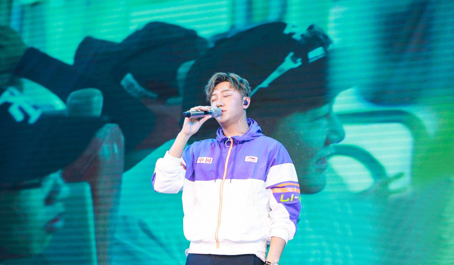 亚洲最受欢迎男歌手得主关喆身穿李宁时尚开麦