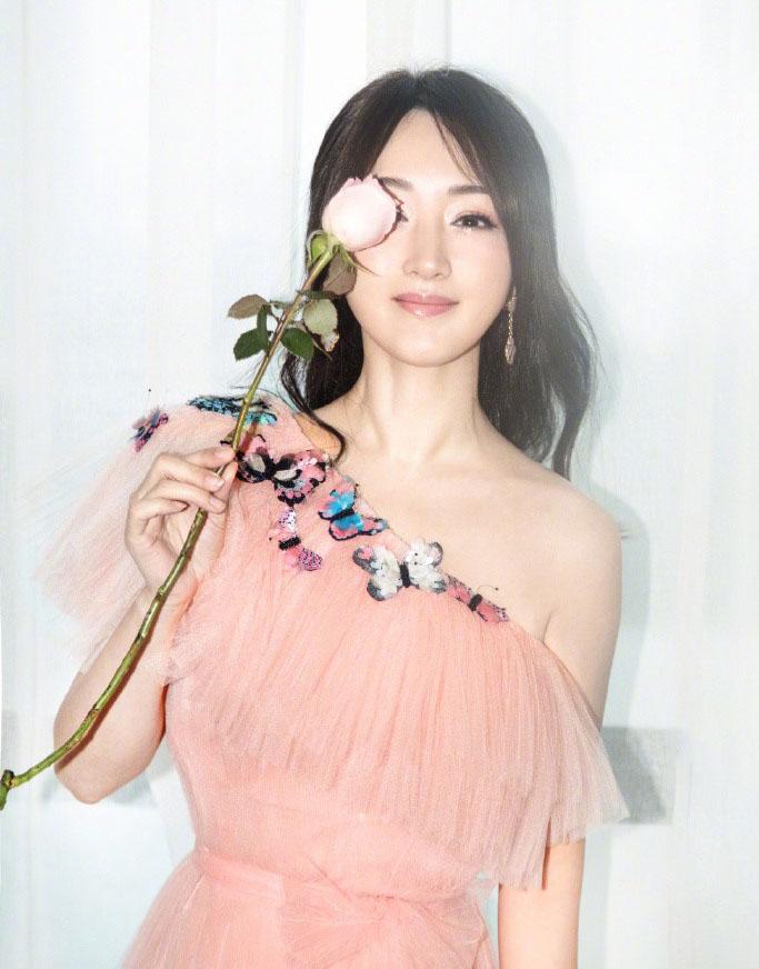 杨钰莹穿粉色礼裙仙气十足 冲镜头甜笑少女感满满