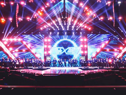 《以团之名》百人主题曲发布 全新舞台演绎《更发光》