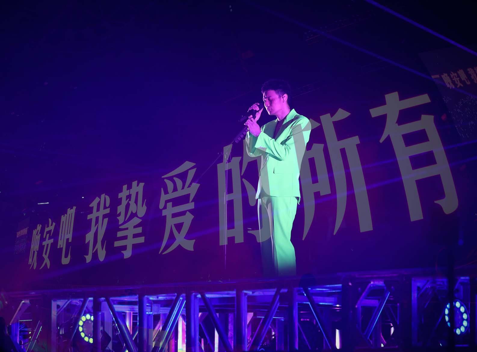李荣浩巡演青岛献唱《爸爸妈妈》致敬母亲节