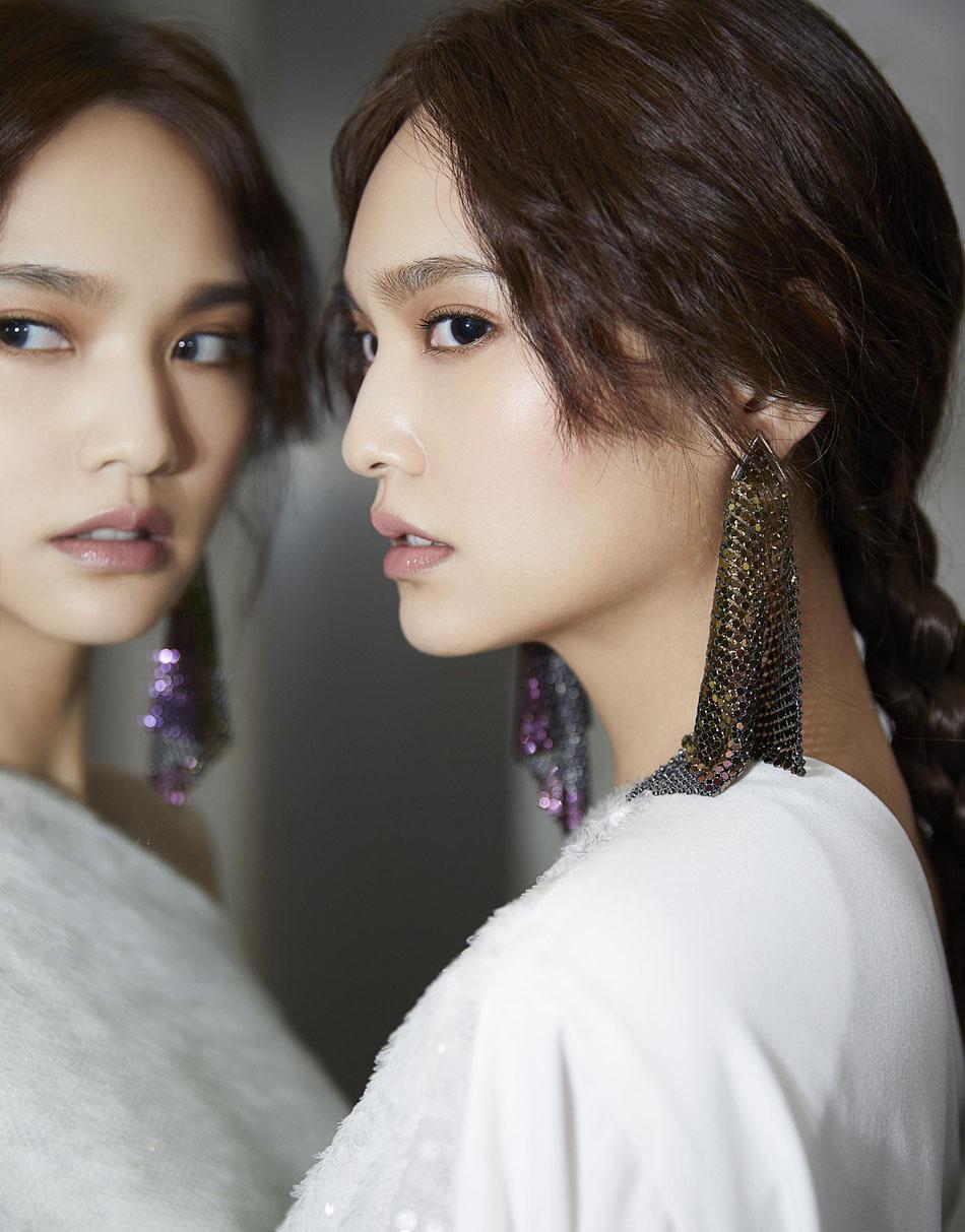 杨丞琳镜面特写照神情冷峻 扎麻花辫仙气白纱衣冷艳美丽