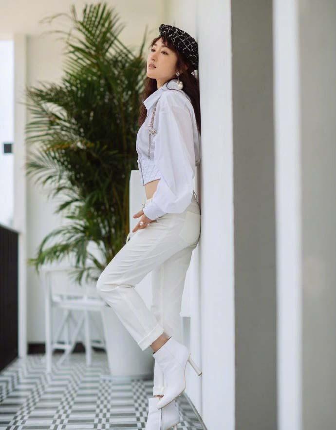 杨钰莹白衣写真清新柔美 穿短款上衣悄悄秀蛮腰