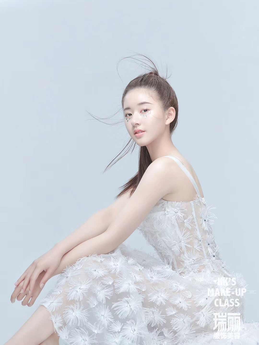 赵露思解锁杂志大片 纯白浪漫宛若芭蕾仙子