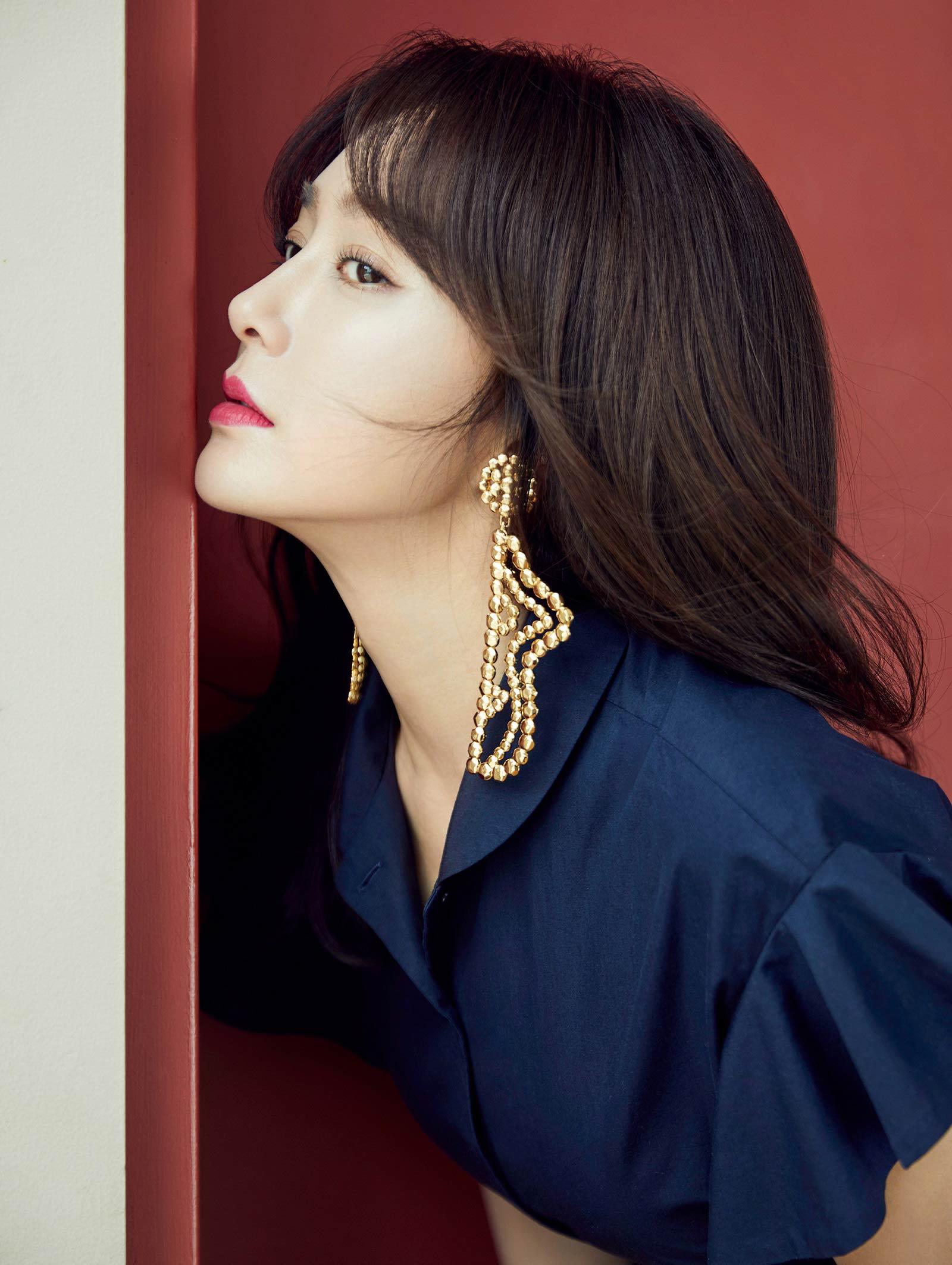 秦岚登时装L'OFFICIEL杂志七月刊封面 演绎优雅知性魅力女人