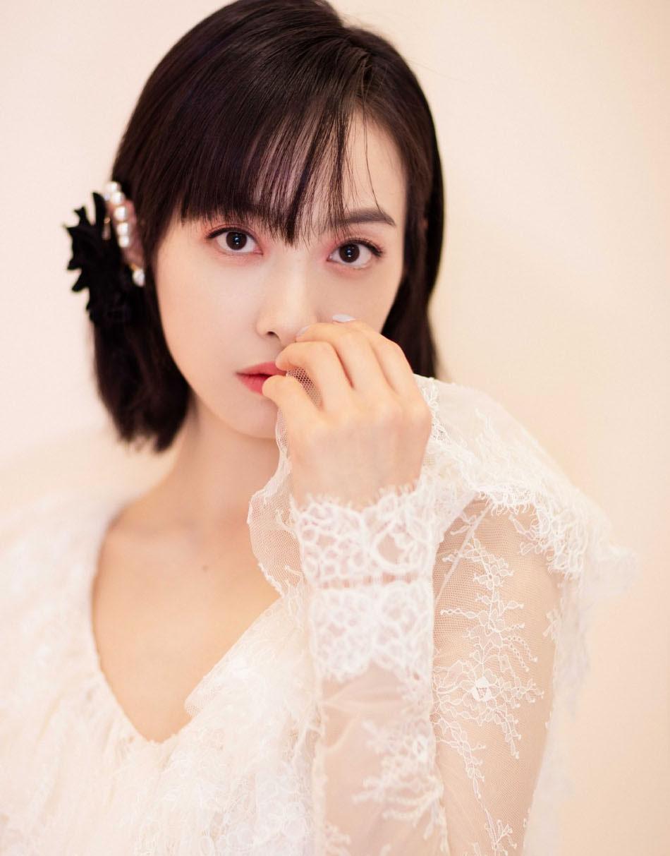 宋茜宫廷风写真穿蕾丝镂空纱裙 佩珍珠耳饰气质温柔