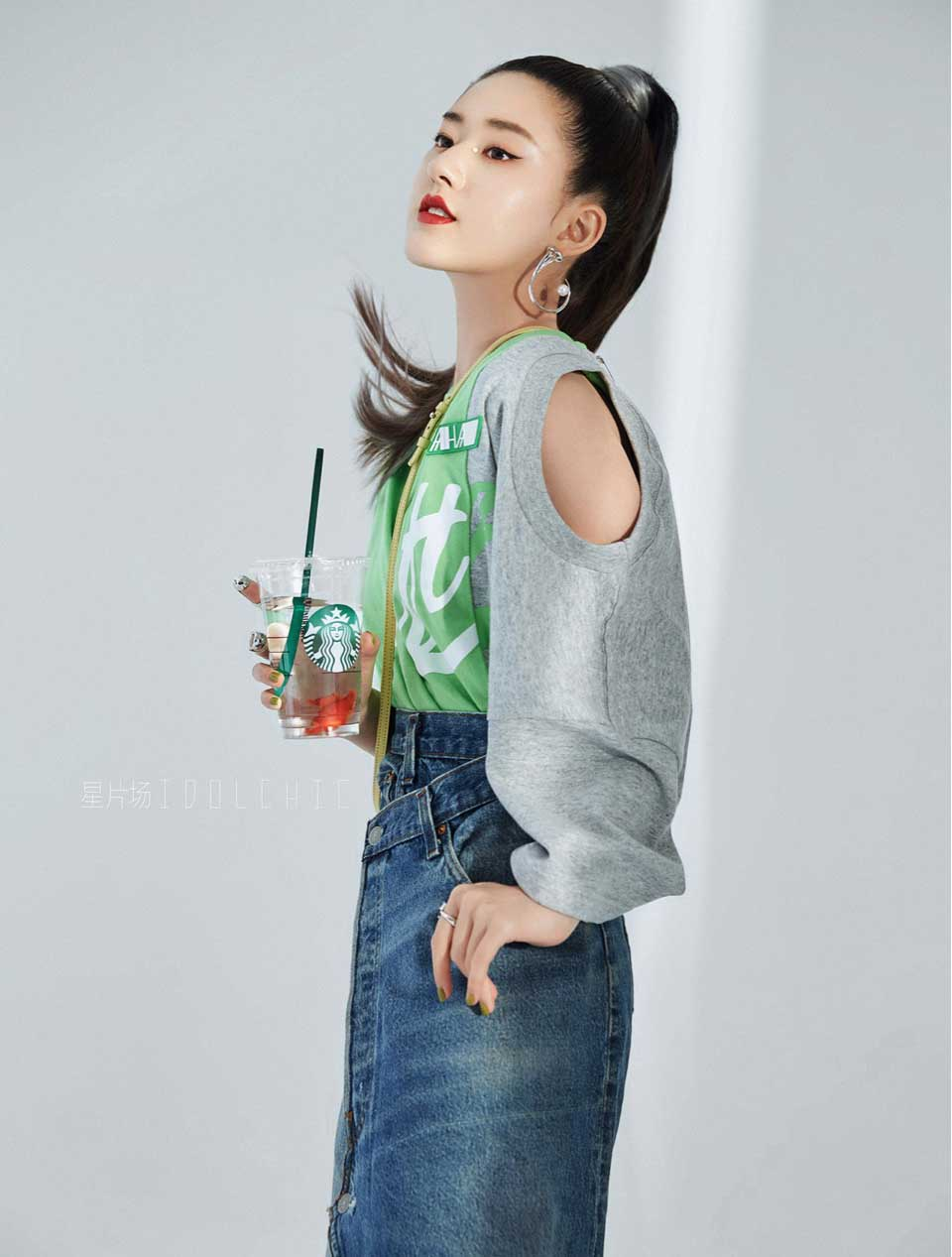 赵露思登时尚杂志封面 利落高马尾气场全开