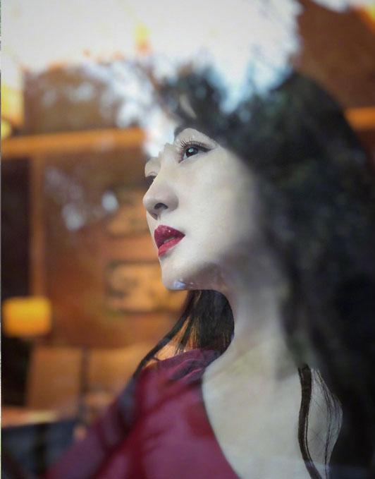 杨钰莹红色露肩裙搭配红唇妆容 眉眼温柔化身江南女子