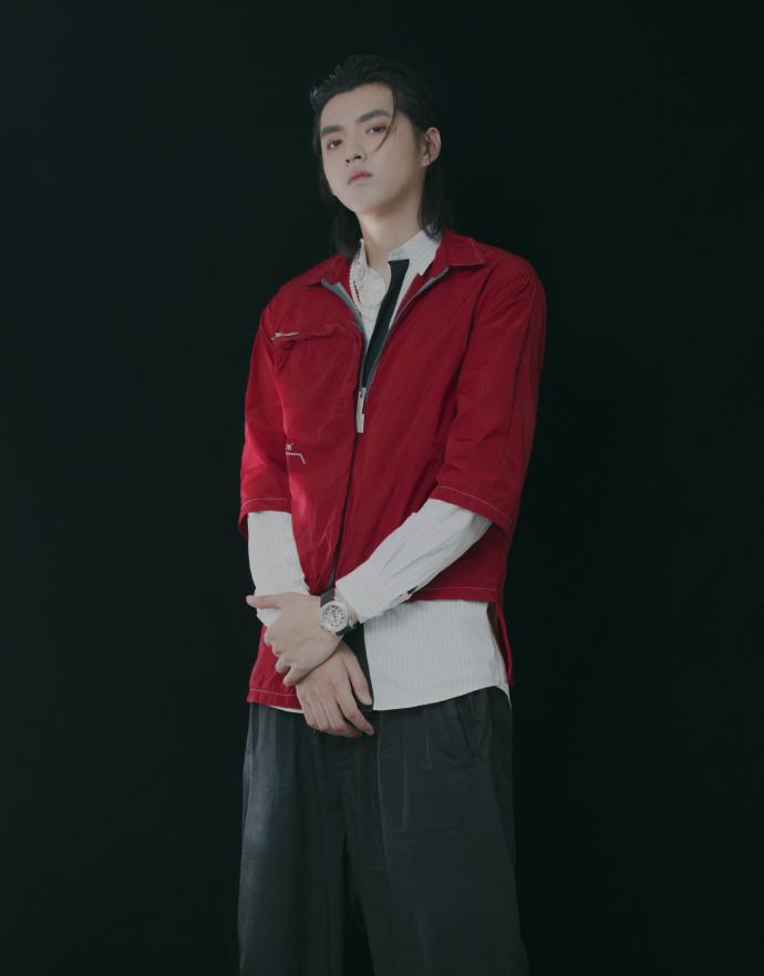 吴亦凡齐肩长发潇洒随性 珍珠项链点缀红色夹克精致时尚