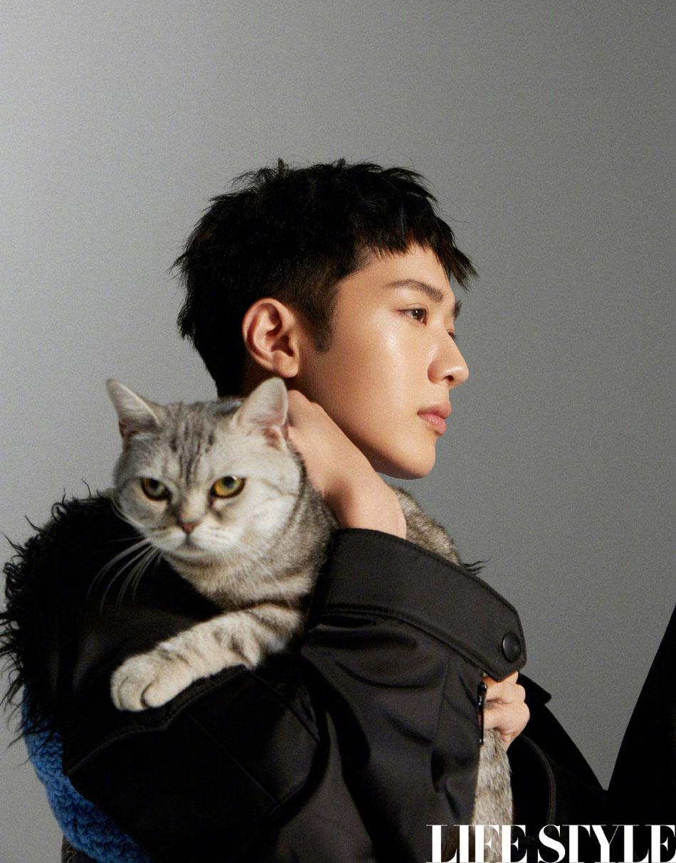 赖冠霖猫耳造型曝光 仰躺在地表情高冷怀抱猫咪