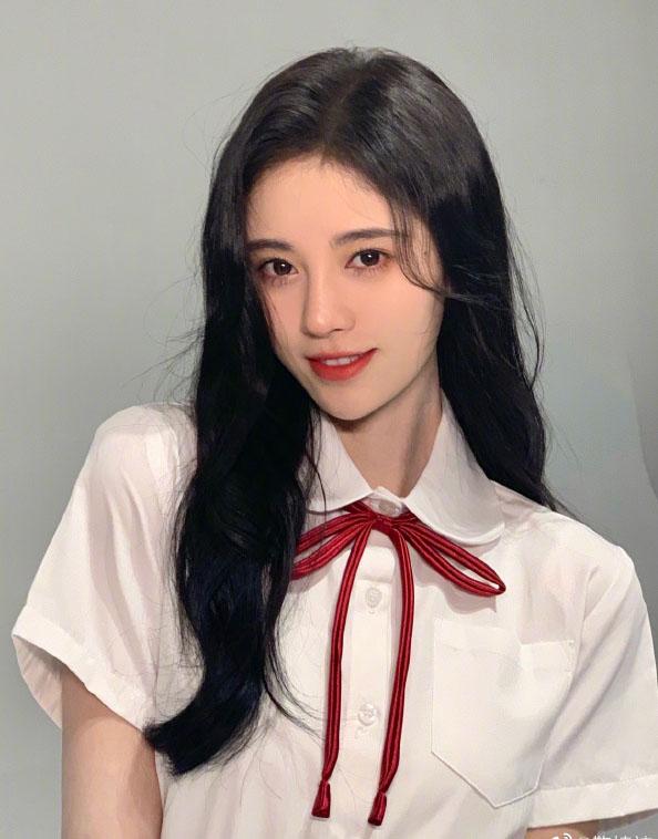 鞠婧祎穿白衬衫搭百褶裙变校花 肤白貌美清新可人