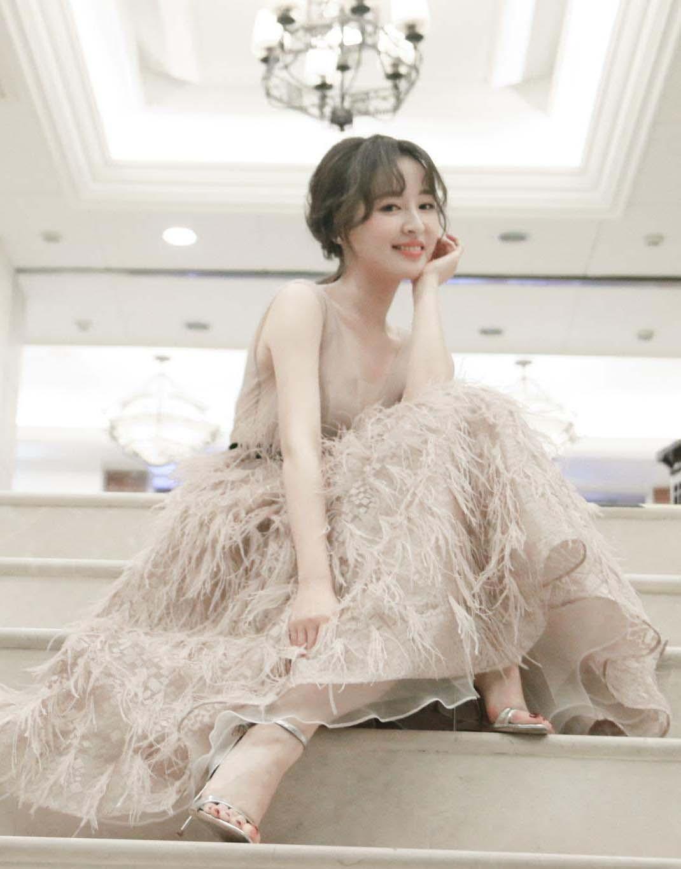 刘雪婧淡粉色长裙亮相上海时装周 层层羽毛点缀飘逸感